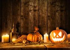 Potiron effrayant de Halloween sur les planches en bois Photographie stock libre de droits