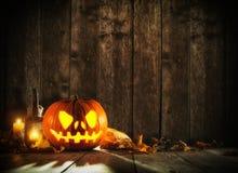 Potiron effrayant de Halloween sur les planches en bois Image libre de droits