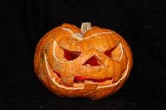 Potiron effrayant de Halloween sur un fond noir photographie stock
