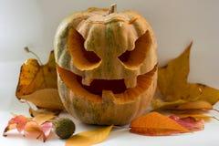 Potiron effrayant de visage de Halloween sur le fond blanc Images stock