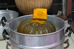 Potiron en cuisant le pot à la vapeur image stock