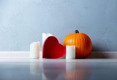 Potiron et bougies d'automne oranges avec la boîte de forme de coeur Photographie stock libre de droits