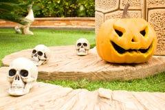 Potiron et crânes de Veille de la toussaint Photographie stock libre de droits