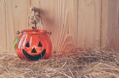 Potiron et ornement de Halloween sur la table en bois Images stock