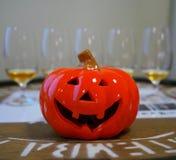 Potiron et whiskey de Halloween goûtant des verres photo libre de droits