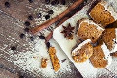 Potiron fait maison de configuration plate - pain de cannelle avec des grains de café dessus photos stock
