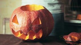 Potiron fraîchement découpé de lanterne du cric o sur la fin de thème de Halloween de table de cuisine vers le haut du tir clips vidéos
