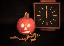Potiron, Halloween, horloge Images stock