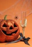 Potiron heureux de Jack-o-lanterne de Halloween avec le verre de main squelettique - verticale avec l'espace de copie pour votre t Photos stock