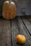 Potiron mûr sur le plancher en bois Photo stock