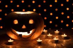 Potiron orange comme tête avec les yeux découpés et sourire avec le candl Photo stock