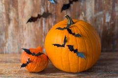 Potirons avec des battes ou des décorations de partie de Halloween Photos stock