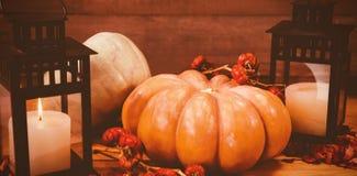 Potirons avec des bougies sur la table pendant Halloween Photos stock