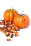 Potirons décoratifs avec des bonbons au maïs du côté Images stock