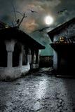 Potirons de Halloween dans la cour d'une vieille maison la nuit au b illustration stock