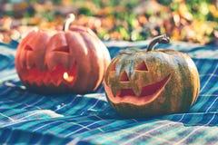 Potirons de Halloween extérieurs dans le jardin Images stock