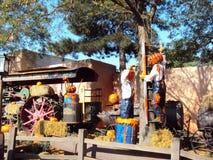 Potirons de Halloween fonctionnant dans Disneyland Paris photo stock