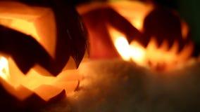 Potirons de Halloween pendant la nuit neigeuse d'hiver avec survoler le fantôme fait une boucle clips vidéos