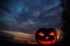 Potirons de Halloween sur le coucher du soleil de bakground Photo libre de droits
