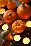 Potirons et bougies décoratifs de Halloween Photos stock