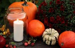 Potirons et bougies décoratifs de Halloween Concept d'automne photographie stock