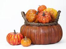 Potirons et Straw Basket Photo stock