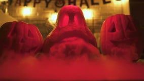 Potirons fantasmagoriques de Halloween avec de la fumée et la lumière de clignotement sur le fond, cauchemar banque de vidéos