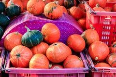 Potirons japonais oranges dans le panier en plastique à vendre au compte image stock