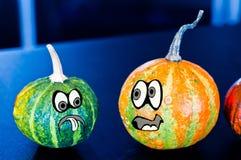 Potirons pour Halloween avec les amis drôles qui jouent avec des fantômes - Photo libre de droits