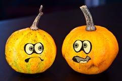 Potirons pour Halloween avec les amis drôles qui jouent avec des fantômes - illustration stock