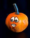 Potirons pour Halloween avec les amis drôles qui jouent avec des fantômes - Image libre de droits