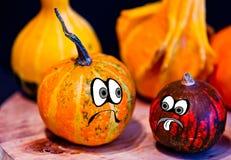 Potirons pour Halloween avec les amis drôles qui jouent avec des fantômes - Images libres de droits