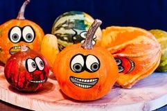 Potirons pour Halloween avec les amis drôles qui jouent avec des fantômes - Photos stock