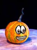 Potirons pour Halloween avec les amis drôles qui jouent avec des fantômes - Image stock