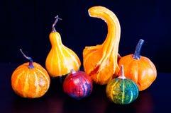 Potirons pour Halloween avec les amis drôles qui jouent avec des fantômes - Photos libres de droits