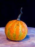 Potirons pour Halloween avec les amis drôles qui jouent avec des fantômes - Photographie stock