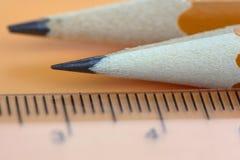Potloden en schaal stock afbeelding