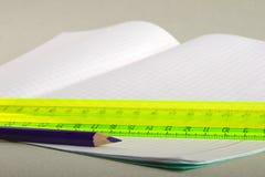 Potloden en schrijven-boek Stock Fotografie