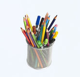 Potloden en tellers in de houder van de metaalpen Royalty-vrije Stock Afbeelding