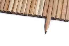 Potloden in lijn die één punt in verschillende richting royalty-vrije stock afbeelding