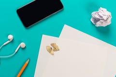 Potloden met het scherpen van spaanders met Witboekbladen op colo royalty-vrije stock afbeelding