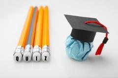 Potloden met QUIZinschrijving Document onderwijscijfer met graduatie GLB stock fotografie
