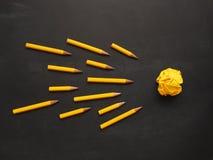 Potloden met verfrommeld document, creativiteitconcept Stock Afbeeldingen