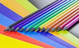 Potloden op gekleurd document Stock Afbeelding