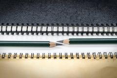 Potloden tussen notaboeken Stock Foto's