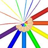 Potloden van regenboogkleuren en lijnen die in deze kleuren worden getrokken Royalty-vrije Stock Foto's