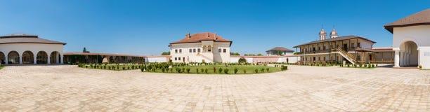 Potlogi Rumunia, Sierpień, - 12, 2018: Panorama podwórze brancovenesc stylu pałac budowa wojewoda Constantin Brincoveanu obraz stock