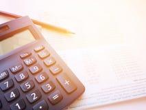 Potlood, calculator en spaarrekeningbankboekje of financiële staat op witte achtergrond Royalty-vrije Stock Foto's
