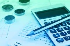Potlood, calculator, muntstuk en boekbank op millimeterpapier, het concept van het Bedrijfsbesparingsgeld stock afbeeldingen
