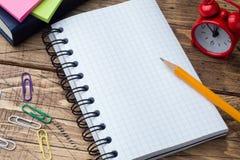Potlood en blocnote met spiraal op het houten geweven bureau en de school van het lijstconcept Selectieve nadruk De ruimte van he stock foto